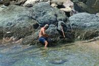 Человек добывает осьминогов