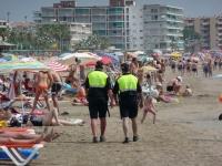На пляжах Испании патрулирует полицейские из разных стран