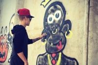 Джастина Бибера заставили отмывать свои граффити со стен австралийского отеля