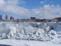 Туристов со всего мира привлекает замерзший Ниагарский водопад