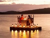 Поужинать посреди озера можно в Малави