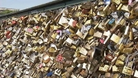 Парижский мост не смог выдержать вес любви