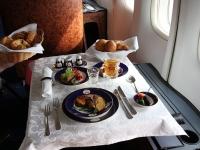 Названа авиакомпания с лучшей едой на борту