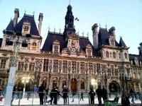 Большой каток открылся возле парижской ратуши